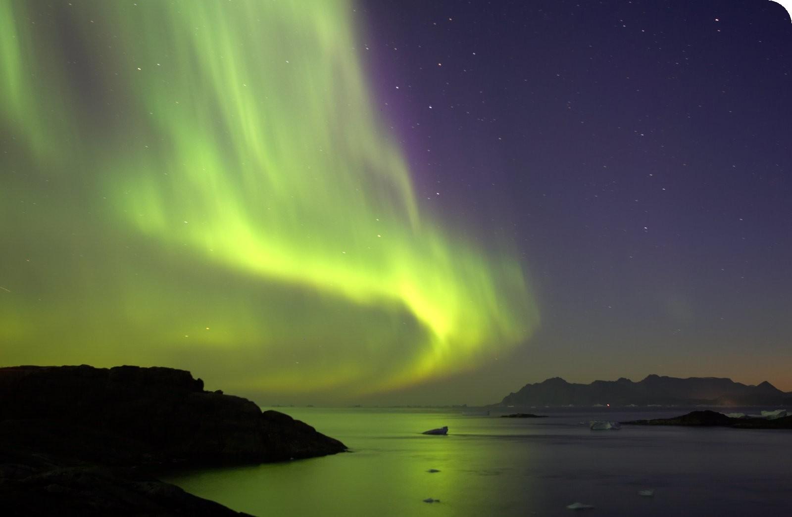 http://4.bp.blogspot.com/_DoDuN8q1K24/TF89co54y7I/AAAAAAAAALM/bz4rrBHRItU/s1600/Northern+Lights+over+the+fjords.jpg