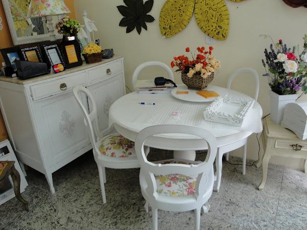Mesa e cadeiras em pátina provençal.