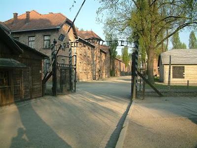 Entrada al campo de concentración de Auschwitz. Fotografía de Asier