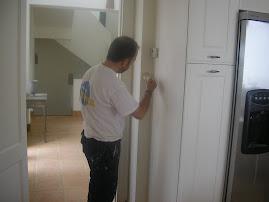 Pintando a brocha muebles de cocina