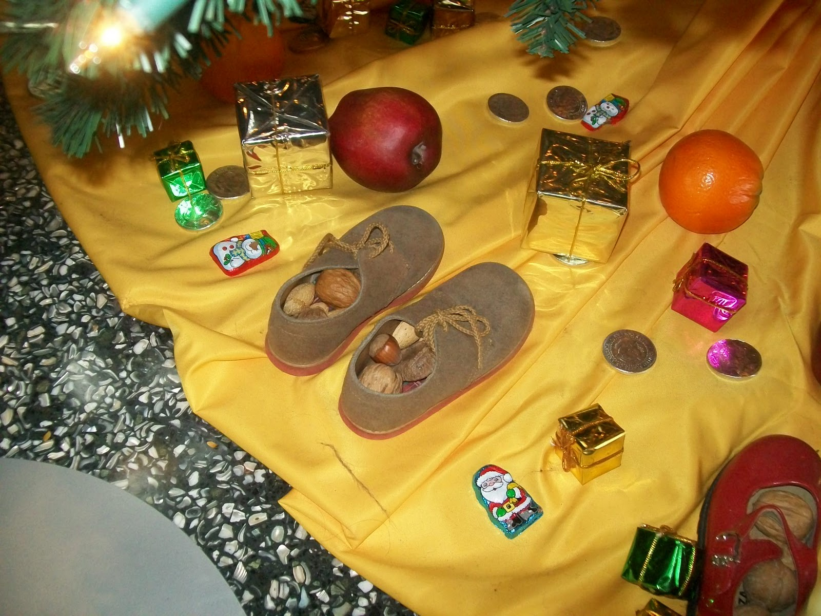 the brazil tree had the prettiest christmas tree skirt arrangement - Christmas Traditions In Brazil