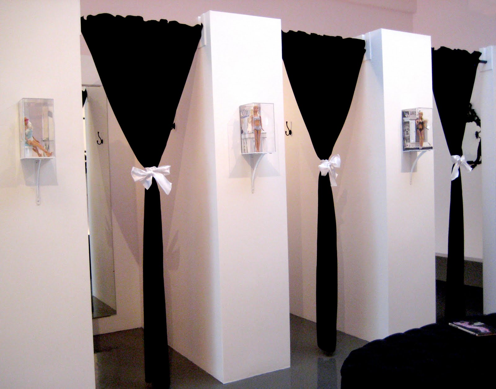 Get undrest a tour of the undrest pop up shop - Black and white dressing room ...
