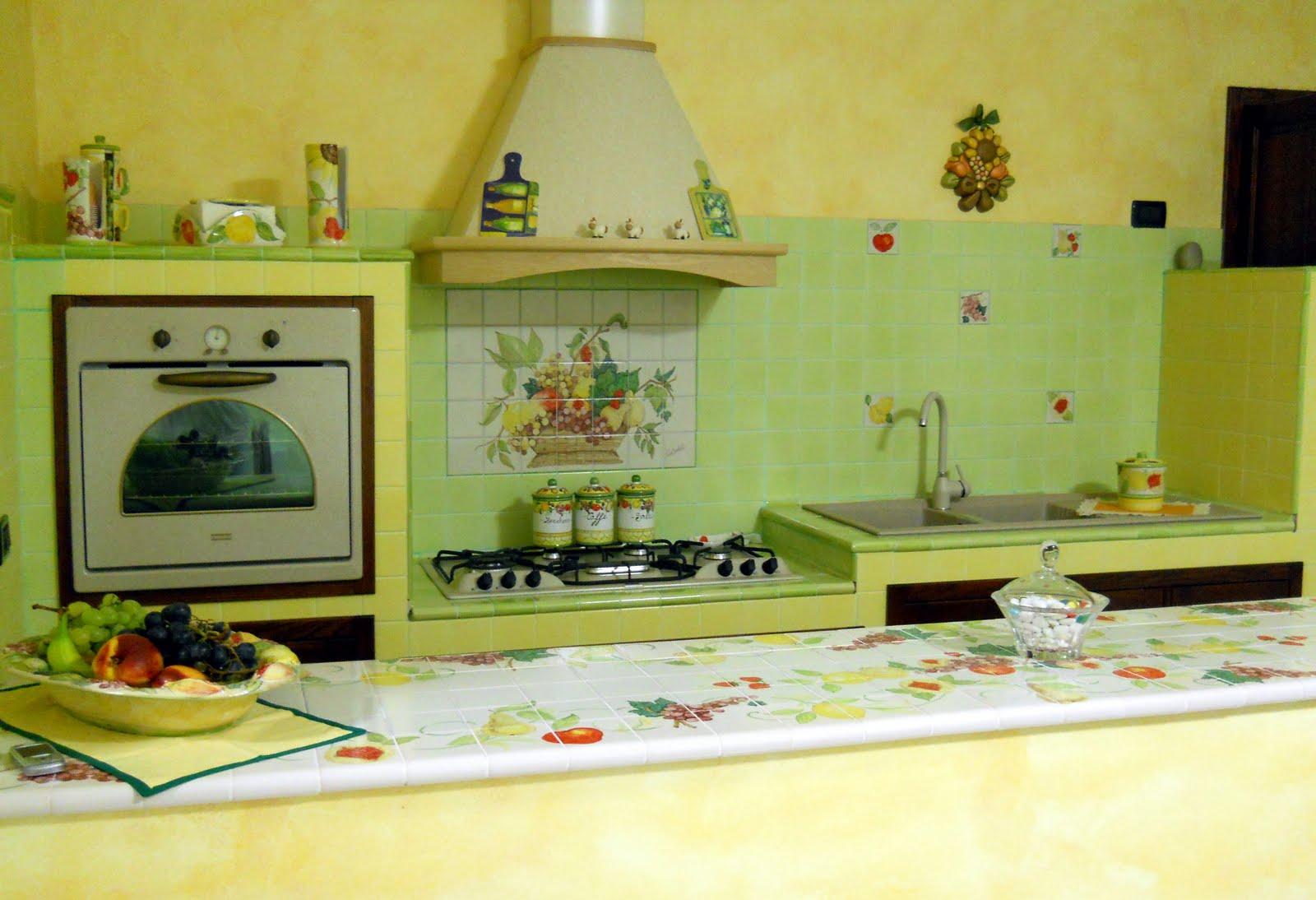 Piastrelle cucina verdi vico condotti settembre with - Piastrelle vietri cucina ...