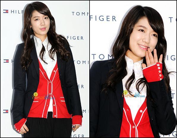 Tingkah Unyu Kim Young Kwang Samakan Tinggi Badan dengan Park Bo Young Bikin Gemas