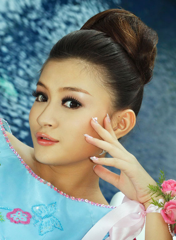 Myanmar Hot Model, Thiri Shinn Thant with Sexy Strapless