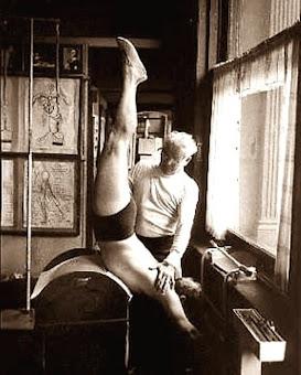 Joseph Pilates en su estudio.