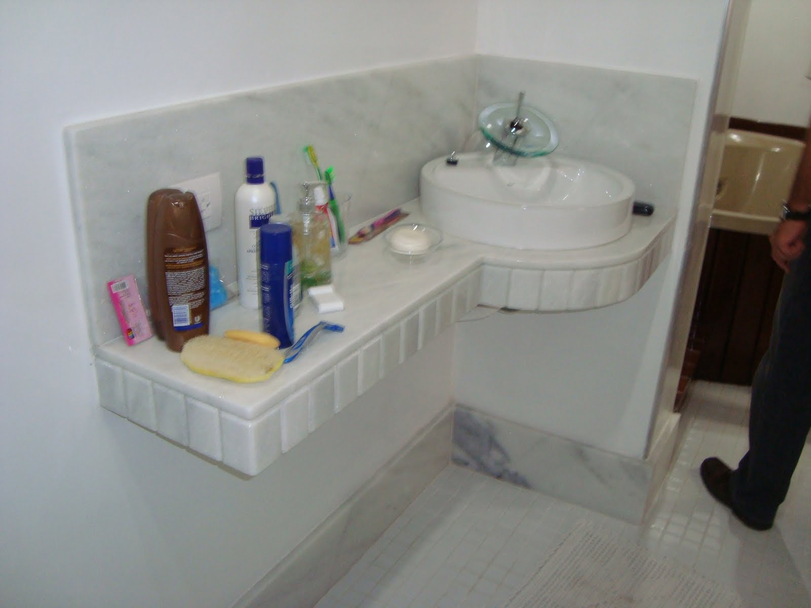 Marmoraria Granart: Bancadas Mármore Branco Clássico e Travertino. #2A3264 1600x1200 Banheiro Com Granito Travertino