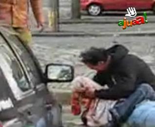 Video: Hombre apuñala salvajemente a su esposa