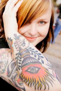 Tatuagem nas costas feminina no cotovelo