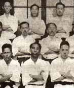 Primer grupo de cintos negros de la universidad de Keio, Tokyo.