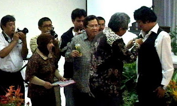 Hadiah dari TIm Presiden SBY untuk Suamiku Tercinta Ikang Fawzi: Marissa Haque Fawzi