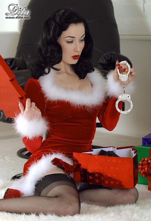 http://4.bp.blogspot.com/_EBwsc5jom8k/TRWBrGPbaBI/AAAAAAAAAc4/uYY5ko7GTmY/s1600/Christmas_Dita.jpg