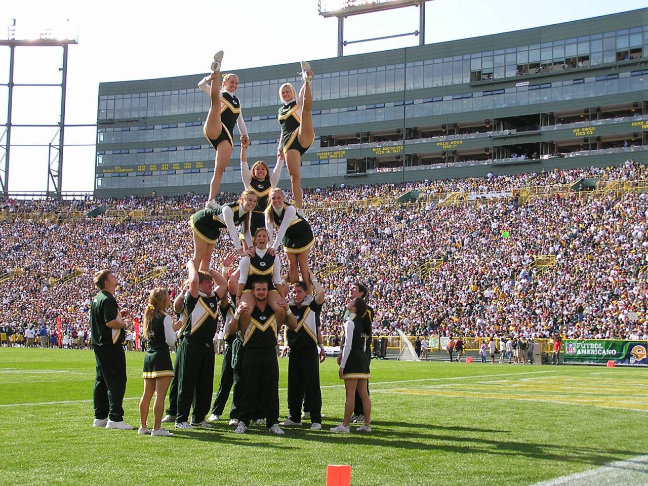 http://4.bp.blogspot.com/_EEAl5VOFhjM/TUtg65NZRKI/AAAAAAAAAGI/0O7mhyzgY5g/s1600/green_bay_packers_cheerleaders_wallpaper_-_1280x960.jpg