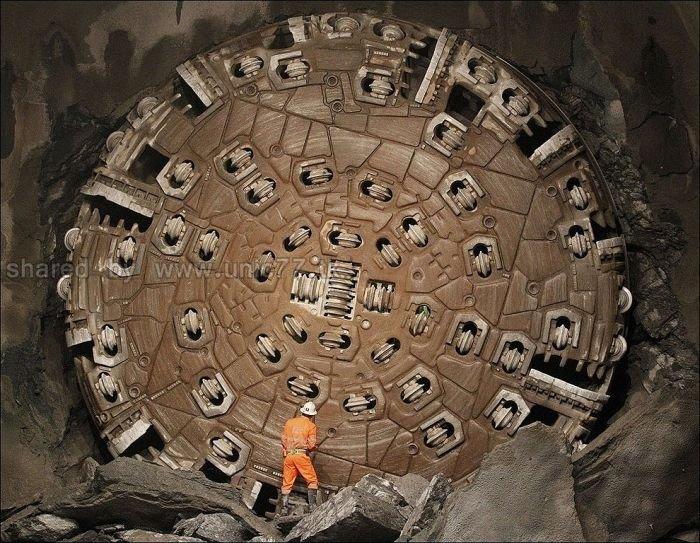 http://4.bp.blogspot.com/_EHi0bg7zYcQ/TL6B8WEi4rI/AAAAAAAAO5g/ltgsW381cuY/s1600/the_longest_tunnel_in_the_world_12.jpg