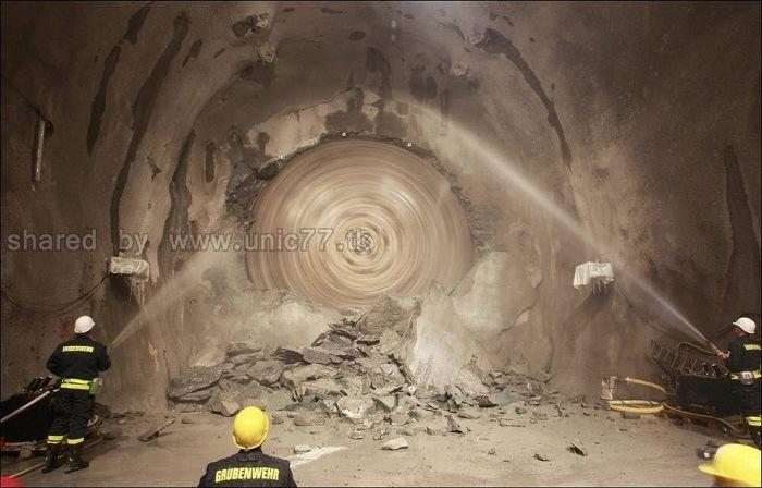 http://4.bp.blogspot.com/_EHi0bg7zYcQ/TL6CaixV2yI/AAAAAAAAO6A/bDaah4JqE6k/s1600/the_longest_tunnel_in_the_world_08.jpg