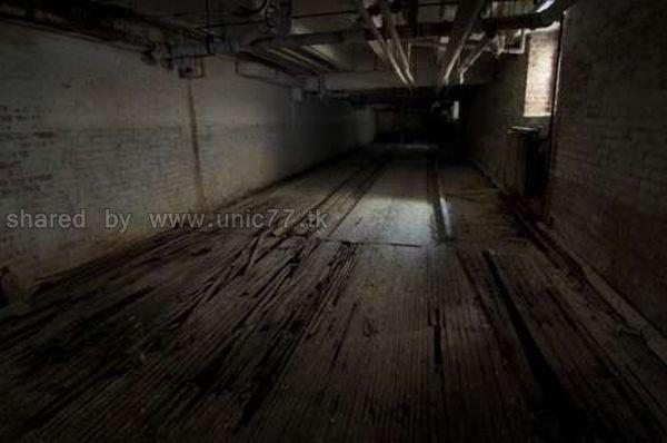 http://4.bp.blogspot.com/_EHi0bg7zYcQ/TL6GMF4jylI/AAAAAAAAO7A/lVMOlFoaXPc/s1600/abandoned_bowling_alleys_01.jpg