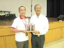 Mr Chee Swee Hoon receiving a souvenior from the participant