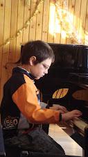 Andrew cantand la pian