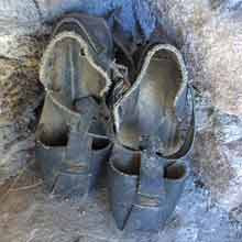 zapatos para ese tiempo y con el tiempo bueno se llevaban las albarcas, hechas con tiras de material.. También se hacían en las casas unas alpargatas,