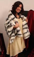 Vestido de seda con estola de pelo bicolor