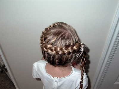 Little Girl's Hairstyles – Horseshoe Dutch Braid