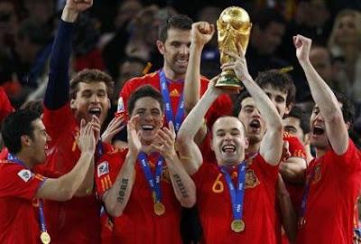 espana-campeon-del-mundo-sudafrica-2010-jugadores-espanoles-alzando-copa-mundial.jpg