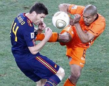 espana-vs-holanda-foul-xavi-alonso.jpg