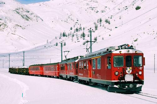 Un tren viejo pasando por las praderas de Alaska
