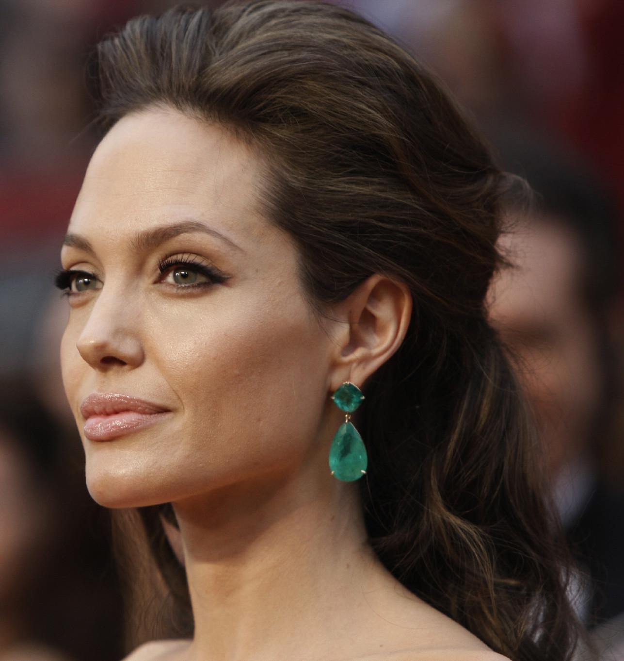 http://4.bp.blogspot.com/_EcYgAOhPYlo/TTuhqMMumFI/AAAAAAAAJkc/-LBvlyR8Aig/s1600/Angelina_Jolie_Emerald_Earrings.jpg