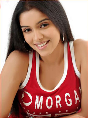 Asin said that being a thorough professional, she is quite comfortable doing romantic scenes