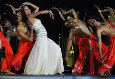 "Bollywood dazzling beauty Katrina Kaif performed to the Oscar winning number ""Jai Ho"" along with a troupe of dancers."