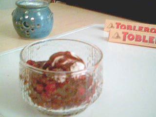 Sura lingon med glass och söt varm Tobleronesås