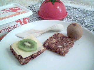 Dinkelbröd med ost och kiwi