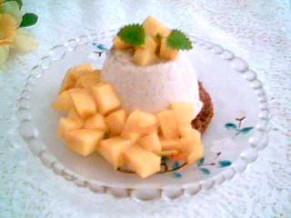 Pannacotta med mangotärningar på chokladbotten