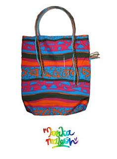 Lleva lo que quieras en esta original bolsa con detalles de colores.