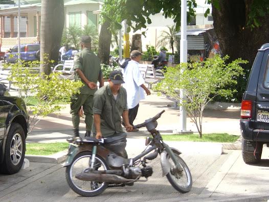 POLICIA MUNICIPAL PARQUE DUARTE PROHIBEN PARQUEO DE MOTORES