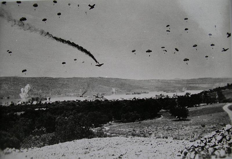 [Imagen: 800px-Paratroopers_Crete_%252741.jpg]