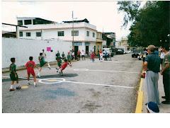 Niños participando en campeonato de futbolito en la calle transversal adyacente a la Plaza Miranda
