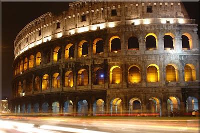 Vista nocturna del Colosseo