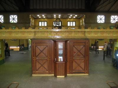 Interior de la parada de Wittenbergplatz