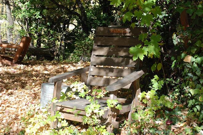 Un fauteuil vide sur la colline ardente