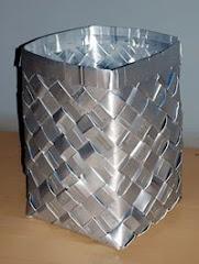 Lapicero con cajas de tetrapack cortadas en tiras