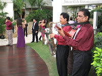 unplugged musicians performing at the garden wedding ceremony