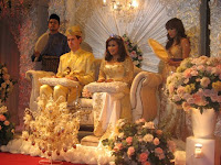 Bridal couple Farah and Matthew sitting at the pelamin