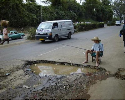 Foto Lucu - Mancing di Kubangan Jalan Rusak