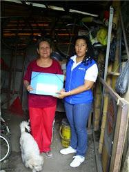 Entrega de carpeta a la familia Muñoz Lasso