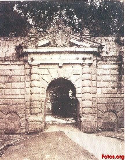 Paseando Por Granada Puerta De Las Granadas