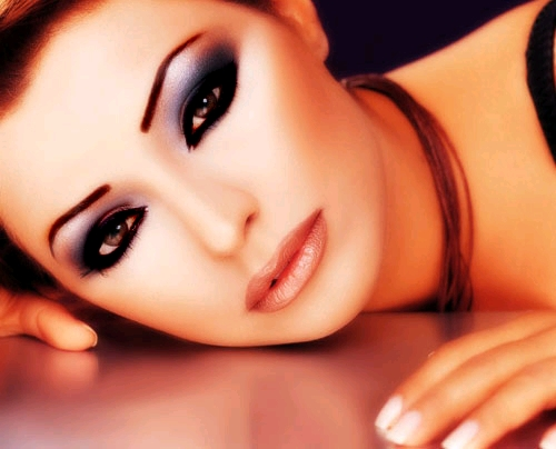 Anlamlı bakışlara sahip olmak elinizde doğru makyaj yöntemiyle
