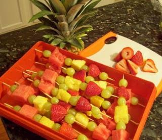 أكبر ملف لأروع و أجمل و أحدث الطرق لتقديم و تزيين الفواكه (الديسير) fruit+kabobs+pan.jpg