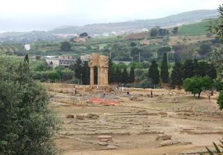 Bild 5 Blick vom Olympieion-Gelände zur Dioskurentempeleckenrekonstruktion